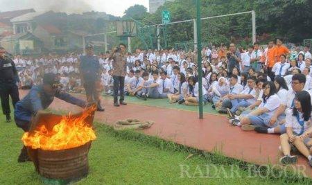 Siswa dan Guru Kesatuan Panik 'Kebakaran'